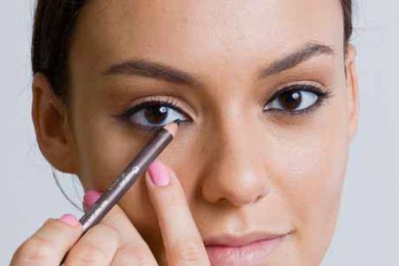 555443 Lapis de olho como fazer a maquiagem durar mais Lápis de olho: como fazer a maquiagem durar mais