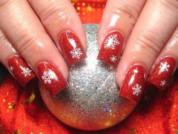 556935 Desenhos delicados e discretos são boas opções. Unhas decoradas com motivos natalinos: fotos