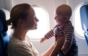 557024-Primeira-viagem-de-avião-com-o-bebê-cuidados-01