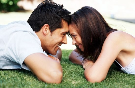 562475 Quando o homem se torna presnete é um dos indícios de que ele etsá apaixonado. Foto divulgação Sinais que indicam que o homem está apaixonado