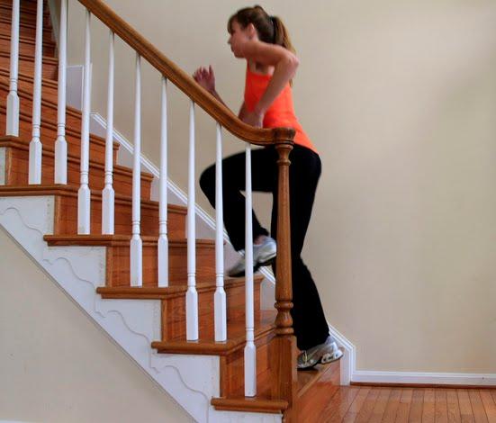 567475 Suba as escadas dentro de casa. Foto divulgação 10 dicas para emagrecer sem sair de casa