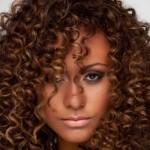 568627 Valorize os cachos naturais. Foto divulgação 150x150 Penteados para madrinhas com cabelo afro: dicas, fotos