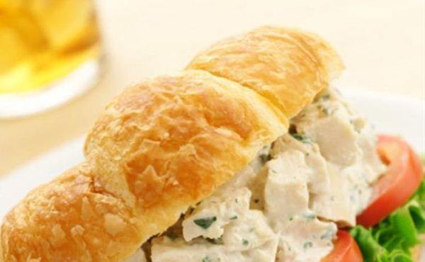 572657 A receita de sanduíche de frango com abacaxi rende 5 porções com 190 Kcal cada. Sanduíches light para quem está de dieta
