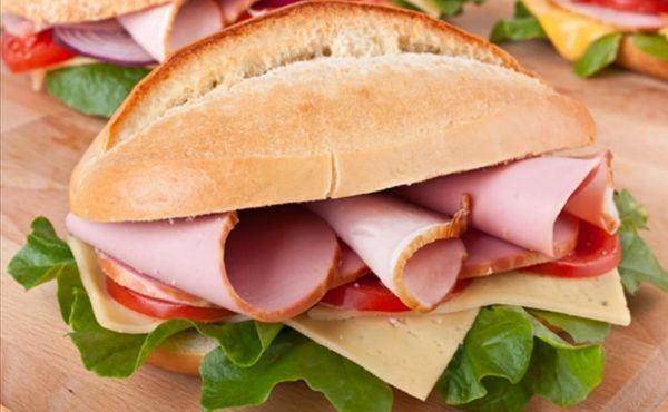 572657 O sanduíche de blanquet de peru possui 2488 Kcal. Sanduíches light para quem está de dieta