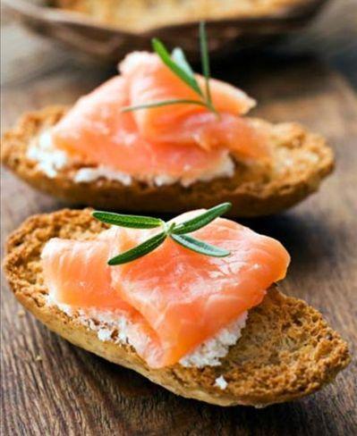 572657 Sanduíche light de salmão e espinafre possui 210 Kcal. Sanduíches light para quem está de dieta
