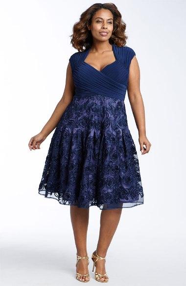 573335 Os vestidos plus size de renda podem ser encontrados em vários estilos. Foto divulgação Vestidos plus size de renda: fotos