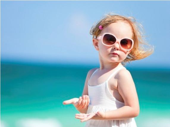 575162 O óculos de sol para crianças deve ser escolhido corretamente. Foto divulgação Como escolher óculos de sol ideal para a criança