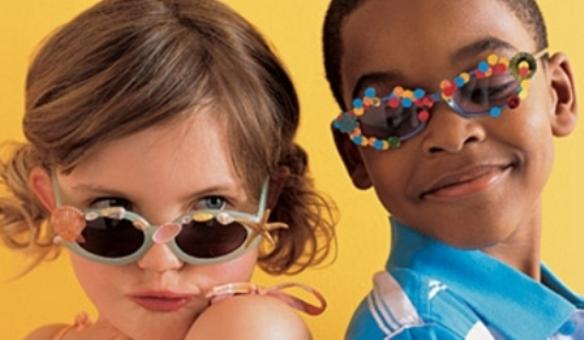 575162 Os óculos de sol para crianças devem ter tamanho correto material e lente certa. Foto divulgação Como escolher óculos de sol ideal para a criança