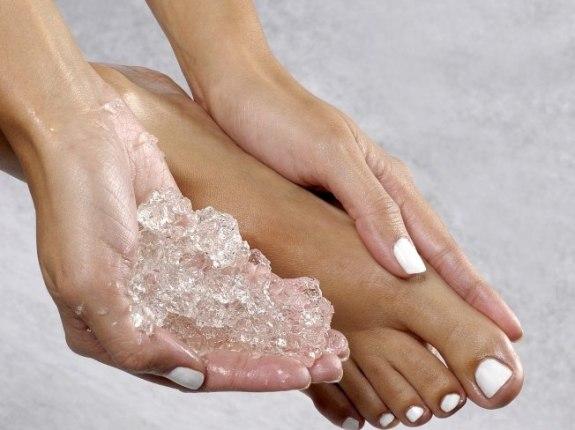 579262 A aplicação de gelo ajuda a melhorar a torção do tornozelo. Foto divulgação Torção do tornozelo: como tratar