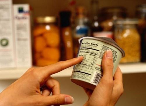 579933 É importante ler o rótulo das embalagens para saber exatamente o que se come. Diferenças entre diet e light