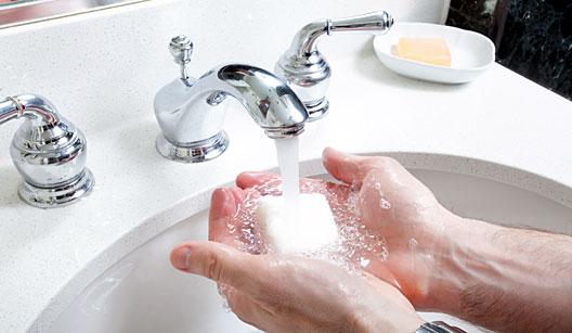 580298 Para prevenir o eczema das mãos é bom diminuir as lavagens ao longo do dia. Mãos descascando: como tratar
