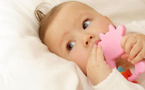 580362 As unhas dos bebês devem ser cortadas para evitar que eles cocem as lesões da picada de inseto. Foto divulgação Picadas de insetos em bebês: como tratar