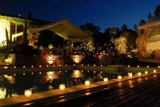 581610 decoracao casamento ar livre velas piscina e1353359224586 Casamento ao ar livre a noite: dicas