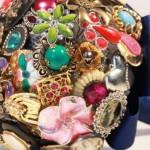 582364 É possível encontrar peças coloridas e divertidas. 150x150 Buquê de broche: nova tendência noiva 2013