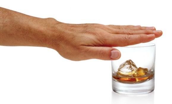 585039 Não desanime na primeira tentativa. Continue incentivando o alcóolatra a parar de beber. Foto divulgação Dicas para ajudar um alcoólatra