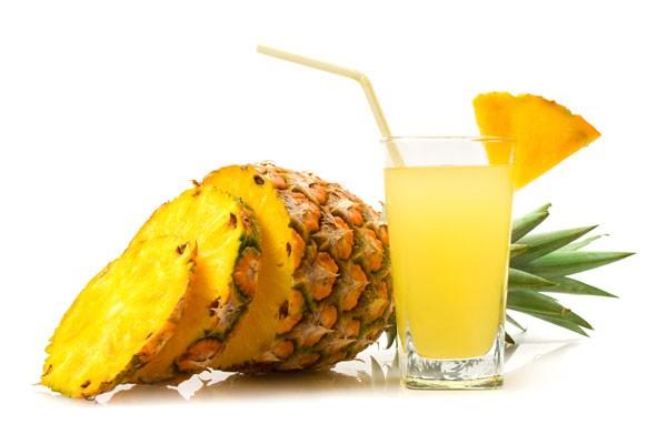 585919 O abacaxi e o mamão facilitam a digestão de alimentos protéicos. 2 Sucos que ajudam na digestão