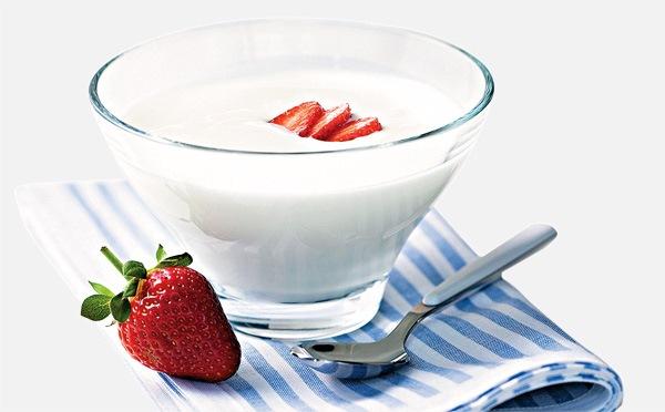 585919 O iogurte natural pode ser adicionado na receita de sucos pois é rico em probióticos. Sucos que ajudam na digestão