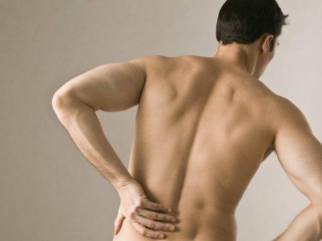 591433 A dor nas costas pode ser uma causa de dor frequente nas pernas. Foto divulgação Dores frequentes nas pernas: o que pode ser