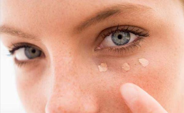 593056 Corrigir as olheiras ajuda a ficar com uma aparência descansada. Truques rápidos de maquiagem, dicas