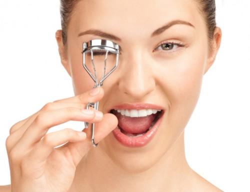 593056 O curvez é indispensável para arrematar o visual dos olhos. Truques rápidos de maquiagem, dicas