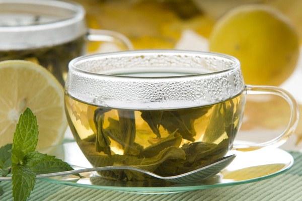 594868 O chá de ervas é saboroso e muito fácil de ser feito. Remédio caseiro para menopausa