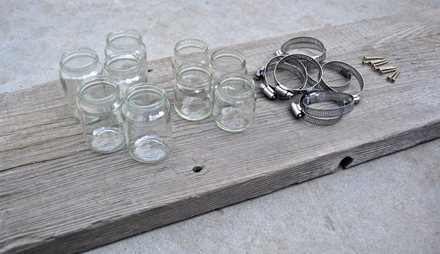 598840 Reutiliza%C3%A7%C3%A3o de vidros em jardim Como fazer 01 Reutilize vidros para fazer painéis com vaso de flores, que podem, inclusive, ser um suporte para guardar vários objetos.