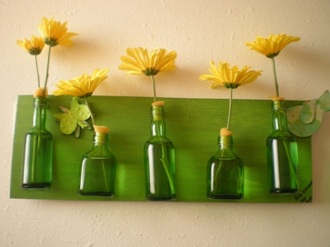 598840 Reutiliza%C3%A7%C3%A3o de vidros em jardim Como fazer 06 Reutilize vidros para fazer painéis com vaso de flores, que podem, inclusive, ser um suporte para guardar vários objetos.