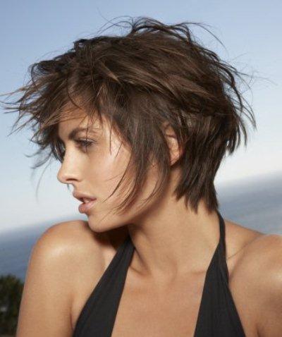 O cabelo em mulheres que retira-se para beber vitaminas