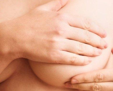 602116 A massagem no seio ajuda a tratar o leite empedrado. Foto divulgação Tratamento caseiro para o leite empedrado