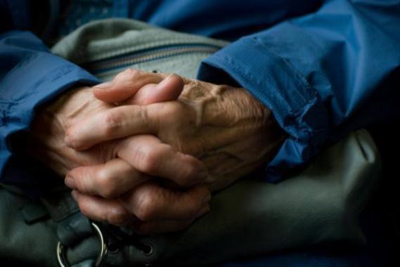 604050 O Parkinson acomete principalmente pessoas idosas. Foto divulgação Cirurgia para quem sofre de Parkinson