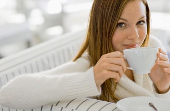 604567 O chá de canela pode ajudar a descer a menstruação. Foto divulgação Remédio caseiro para menstruação atrasada