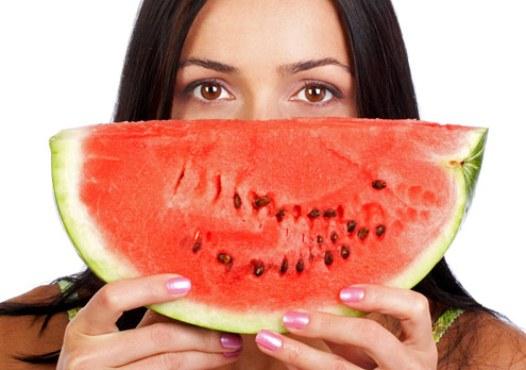 611312 A melancia ajuda a diminuir a pressão arterial. Foto divulgação Alimentos que diminuem a pressão arterial