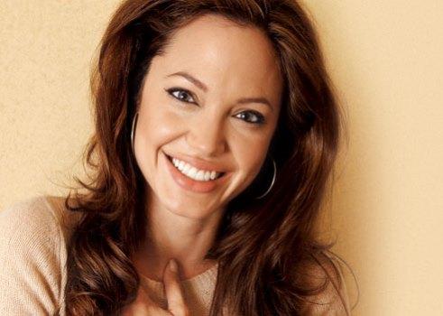 621308 Angelina Jolie faz cirurgia e retira os dois seios Angelina Jolie faz cirurgia e retira os dois seios