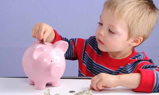 624331 A criança deve aprender a economizar o dinheiro e gastar com responsabilidade. Dicas para dar mesada ao filho