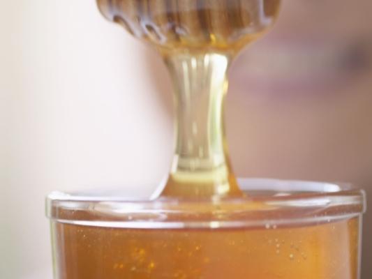 630305 O mel é uma poderosa ferramente no combate da dor de garganta. Como amenizar dor de garganta, dicas