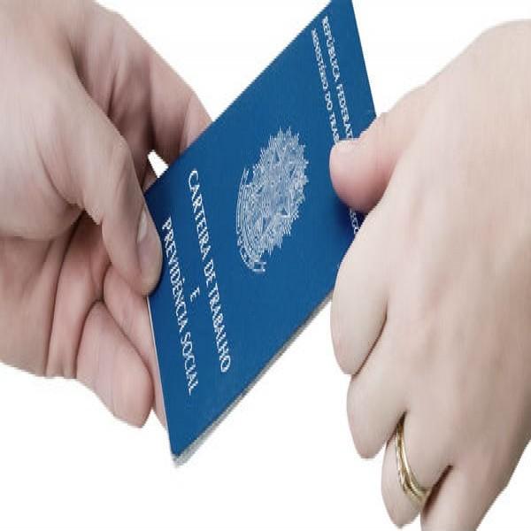 633695 seguro desemprego carteira 600x600 Auxílio desemprego: quem tem direito