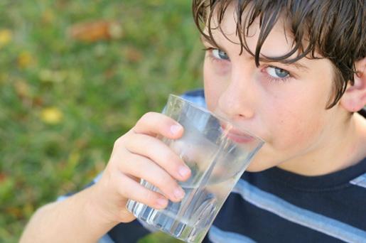 634781 Uma boa hidratação é fundamental para o intestino funcionar melhor. Criança com prisão de ventre: como tratar