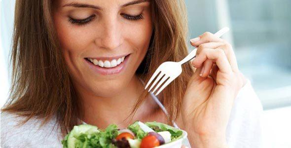 636150 Os alimentos certos ajudam a proteger a pele de dentro para fora. Alimentos que protegem a pele do sol
