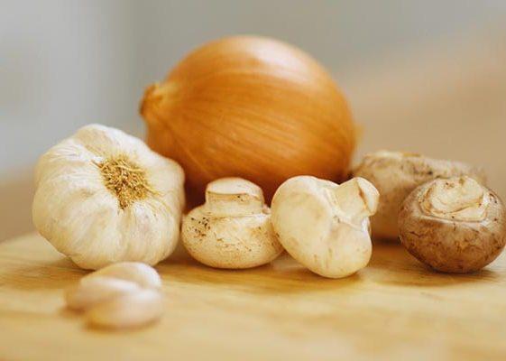 636566 O alho e a cebola podem substituir o sal. Foto divulgação Como substituir o sal na alimentação: dicas