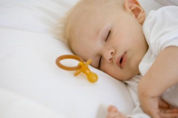 639903 A chupeta pode ajudar a fazer com que a criança pare de chupar o dedo. Foto diivulgação Como fazer a criança parar de chupar dedo
