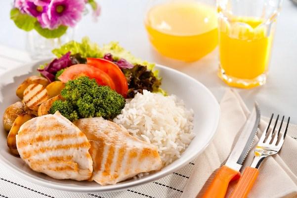 641495 Uma dieta balanceada é fundamental para garantir bons níveis de vitaminas. Vitamina para dar energia e disposição