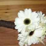 642358 O buquê com poucas flores é simples mas muito romântico. 150x150 Buquês de noiva simples: fotos
