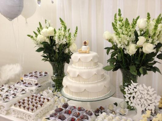 642607 Os arranjos de flores são ótimo para unir os elementos decorativos. Decoração de batizado provençal: dicas, fotos