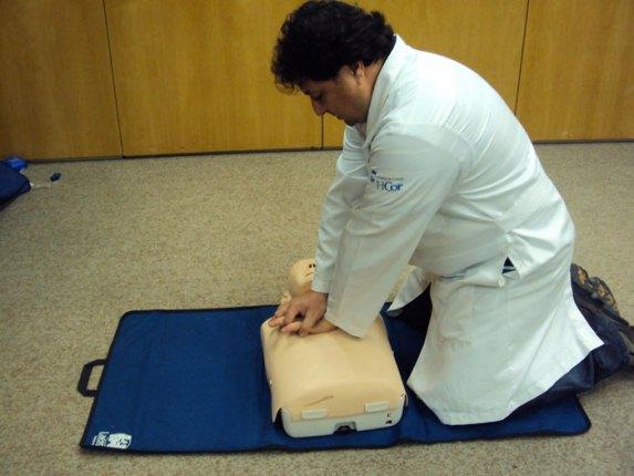 643434 As massagens cardíacas devem ser feitas corretamente. Foto divulgação Como fazer massagem cardíaca passo a passo