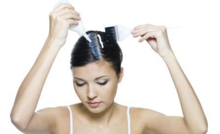 643896 Antes de descolorir os cabelos é importane seguir alguns cuidados especiais. Foto divulgação Como pintar cabelo com água oxigenada