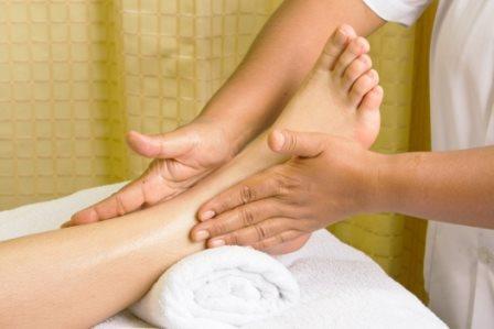 644352 Elevar as pernas é uma das fromas de diminuir o inchaço nas pernas. Foto divulgação Inchaço das pernas: como tratar