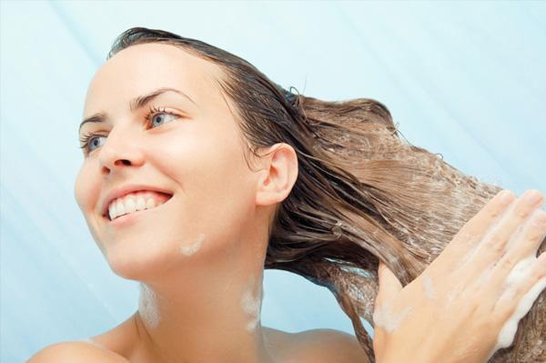 644464 Saiba se lavar os cabelos todos os dias faz mal. Lavar os cabelos todos os dias faz mal?