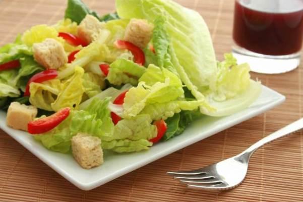 645739 Deixar as folhas da salada já lavadas agiliza o prepara do prato. Dicas para preparar refeições rápidas e saudáveis
