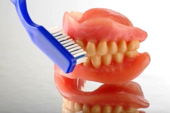 647147 A escovação da prótese é muito importante. Foto divulgação Como fazer a higiene de prótese dentária