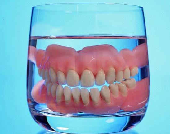 647147 A prótese pode ser melhor higienizada deixando de molho. Foto divulgação Como fazer a higiene de prótese dentária